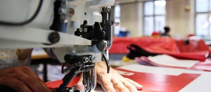 AuftragArbeit in unserere Schneiderei nähen wir für Sie nahezu alles, was unter unsere Nähmaschinen passt.