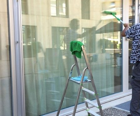AuftragArbeit nutzen Sie unseren umfassenden Reinigungsservice, egal ob für Büroräume, Gewerbeimmobilien oder Privatwohnungen.