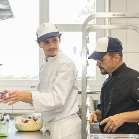 AuftragArbeit bei uns arbeiten Menschen mit Beeinträchtigung sowohl im Cateringservice als auch in der Küche.