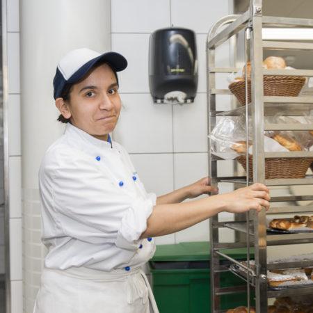 AuftragArbeit auf Wunsch realisieren unsere hauseigenen Bäckereien auch klassische und mehrstöckige Hochzeitstorten für Ihren Cateringservice.