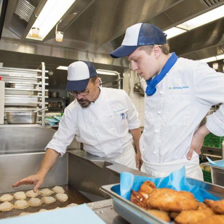 AuftragArbeitSie können in unseren Bistros und Restaurants leckere Gerichte in schönem Ambiente verkosten.